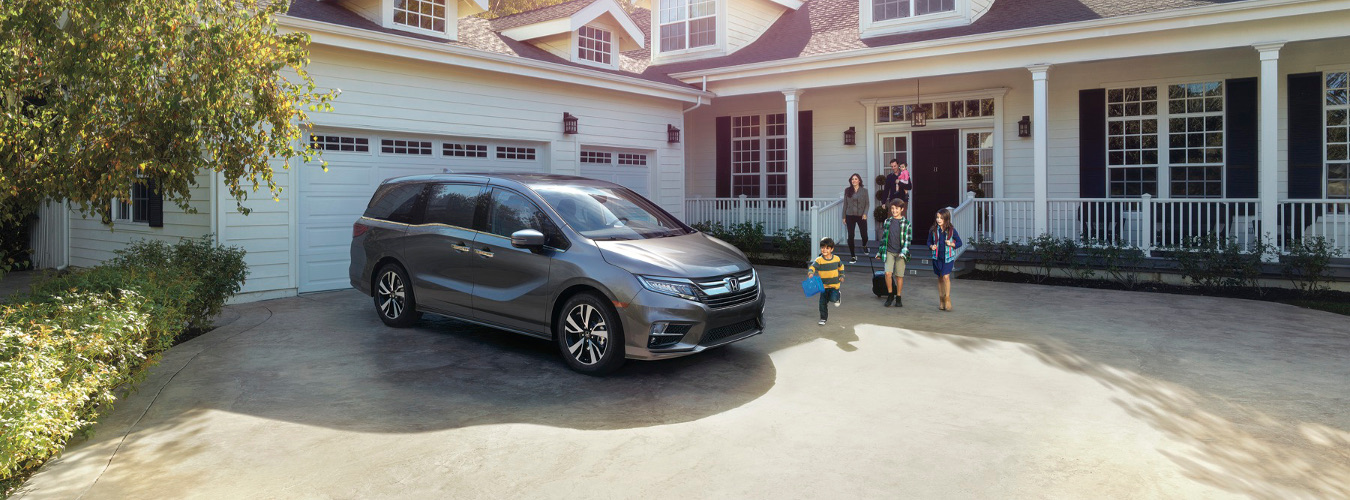 A family going to their 2019 Honda Odyssey