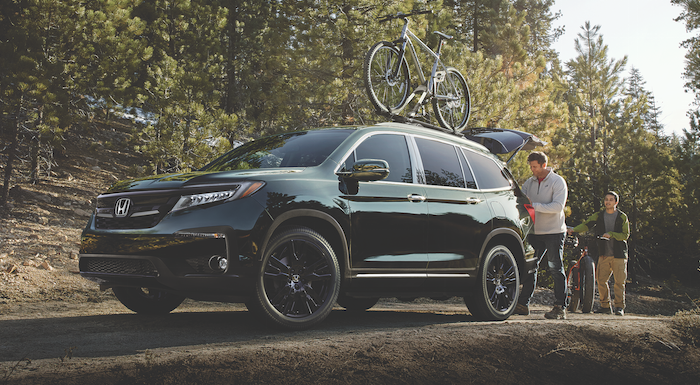 Two people taking their bikes on a ride in their 2019 Honda Pilot
