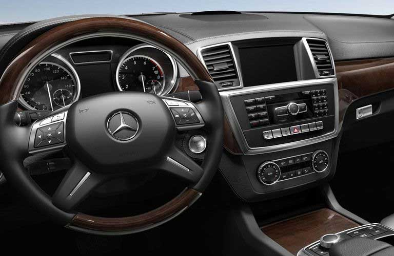 Mercedes-Benz GL-Class steering wheel and dashboard features