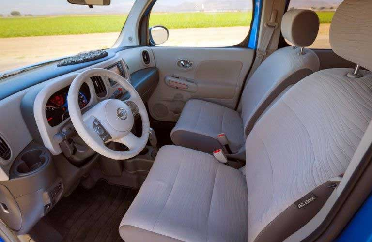Front seats inside the 2014 Nissan cube