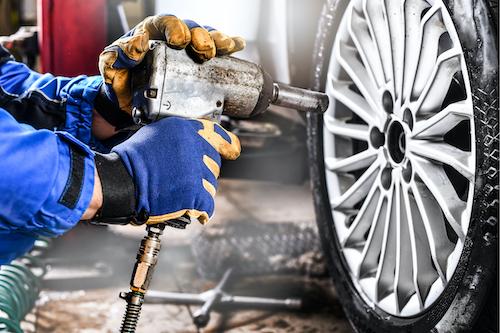 matt-bowers-murfreesboro-nissan_tire-service-hands-holding-bolt-gun